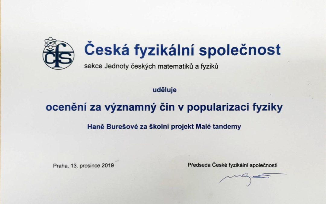 Ocenění  za významný čin v popularizaci fyziky Haně Burešové za školní projekt Malé tandemy